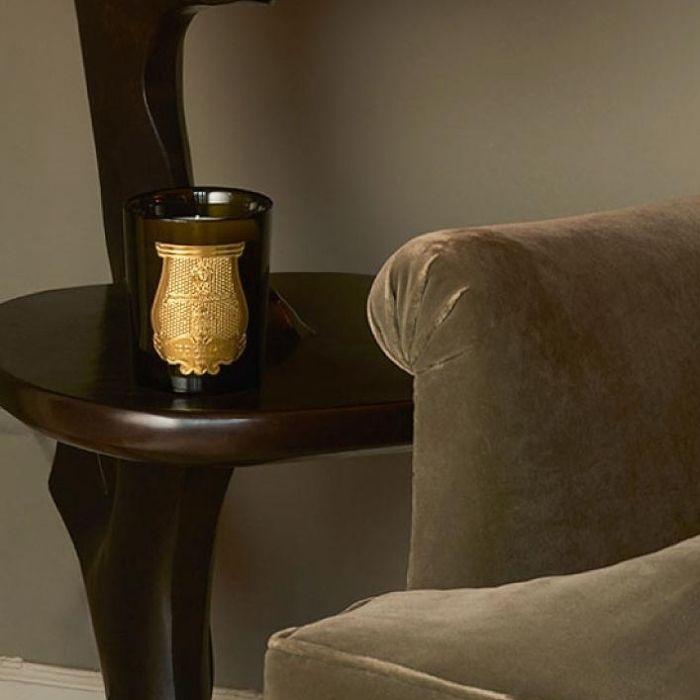 Cire Trudon 丁香與橙香氛蠟燭放置於家中的一角,營造溫暖窩馨的空間
