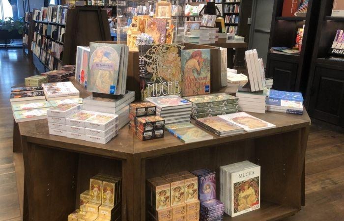 信義誠品門市,信義書店三樓藝術書區展出各種慕夏和新藝術相關的書籍與商品
