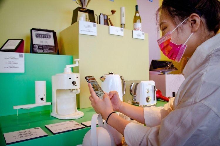 「誠品線上實體快閃店」9/24-9/30於信義店B1登場,手機掃瞄即可選購數百萬商品。